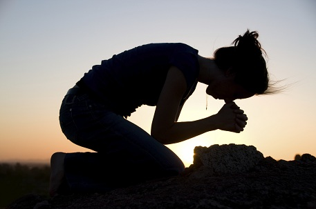 Sumber : http://www.christianfreedom.org/wp-content/uploads/2013/10/prayer-on-my-knees42.jpg