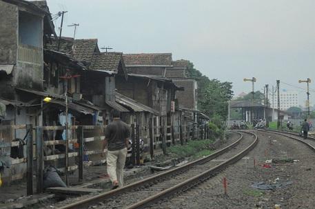 Rumah-rumah masyarakat sekitar Rel Ciroyom